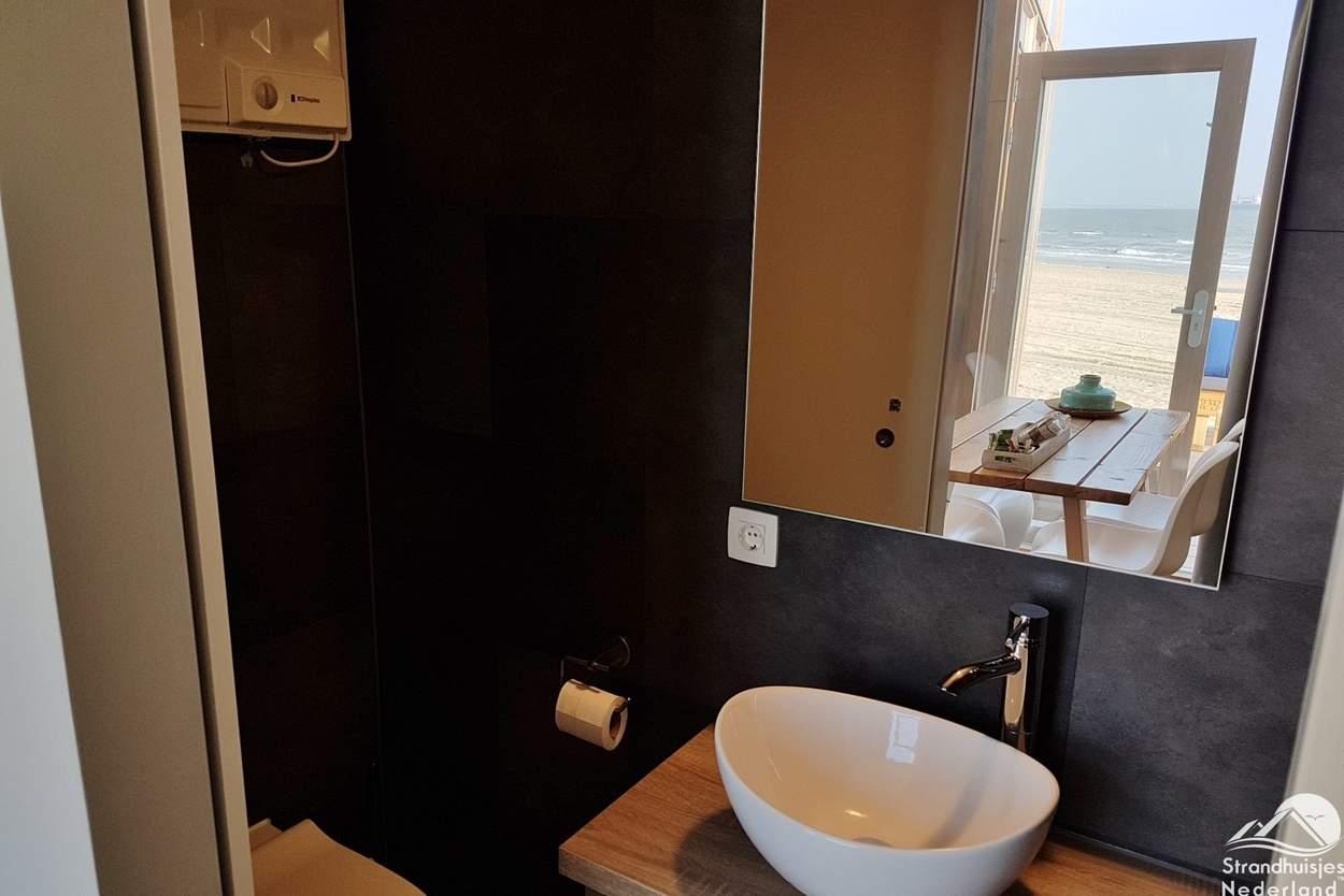 Badkamer-strandhuisje-Nieuwvliet-3