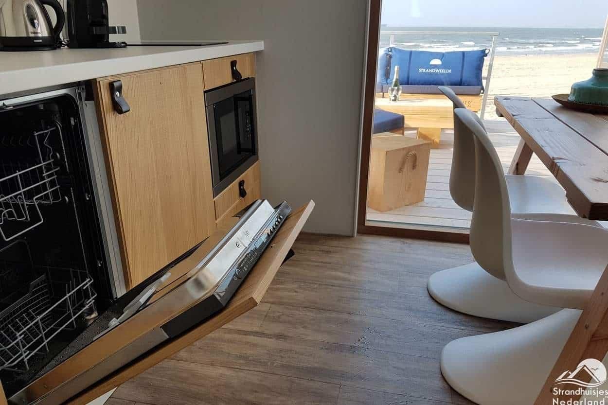 Keuken-met-vaatwasser-strandhuisje-Nieuwvliet-2