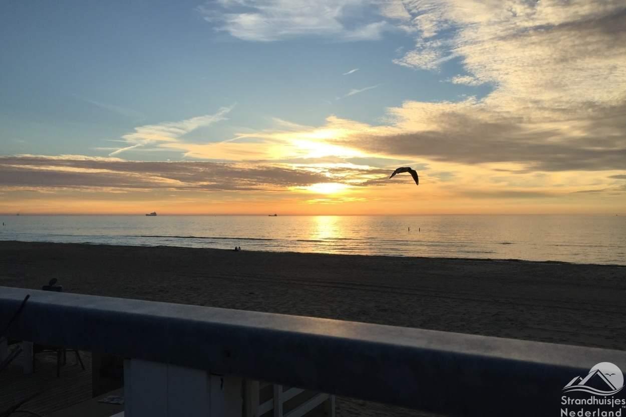 Zonsondergang-vanaf-je-strandterras