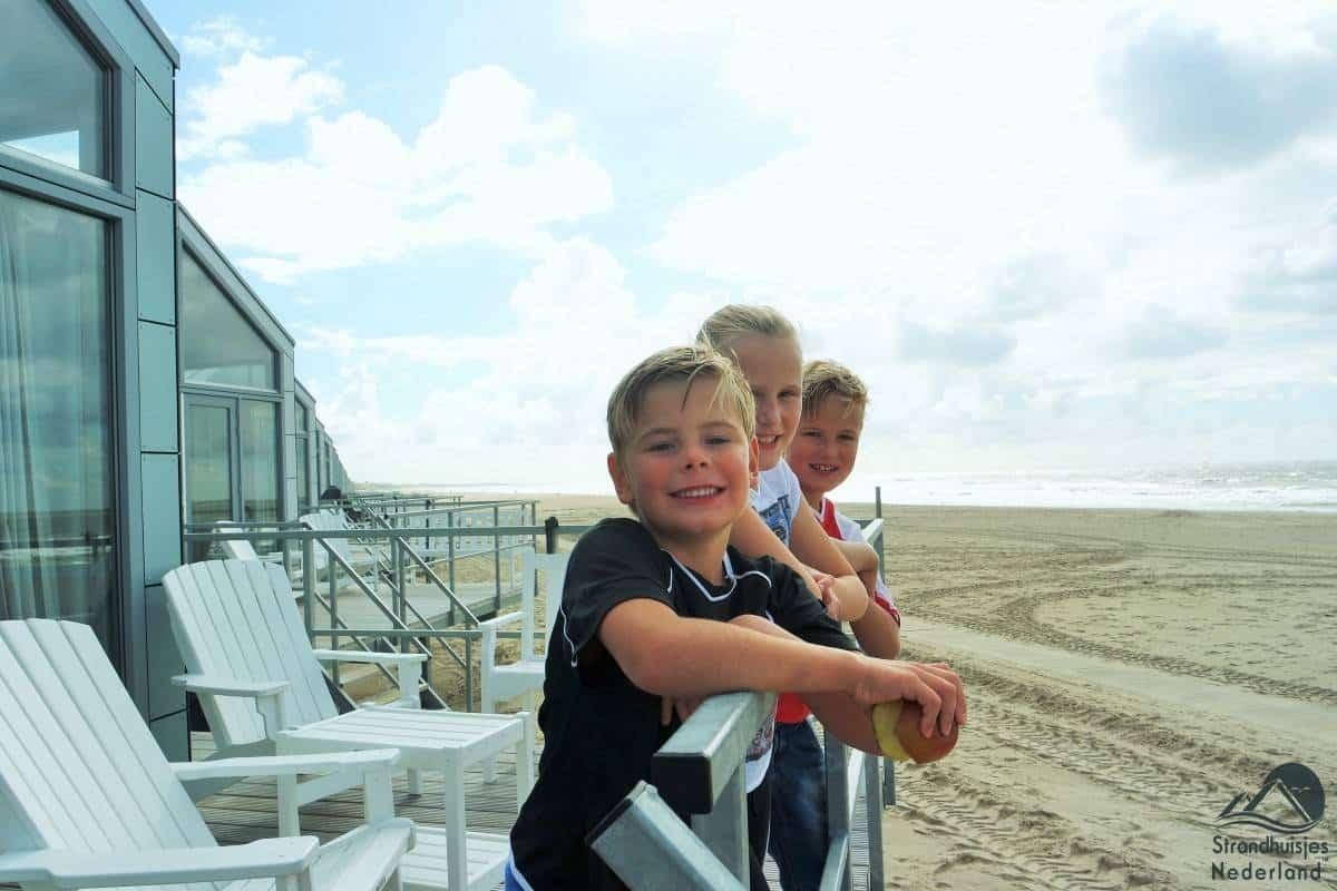 Kinderen-op-strandterras-strandhuisje-Julianadorp