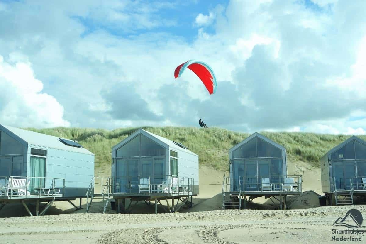 Vlieger-boven-strandhuisjes