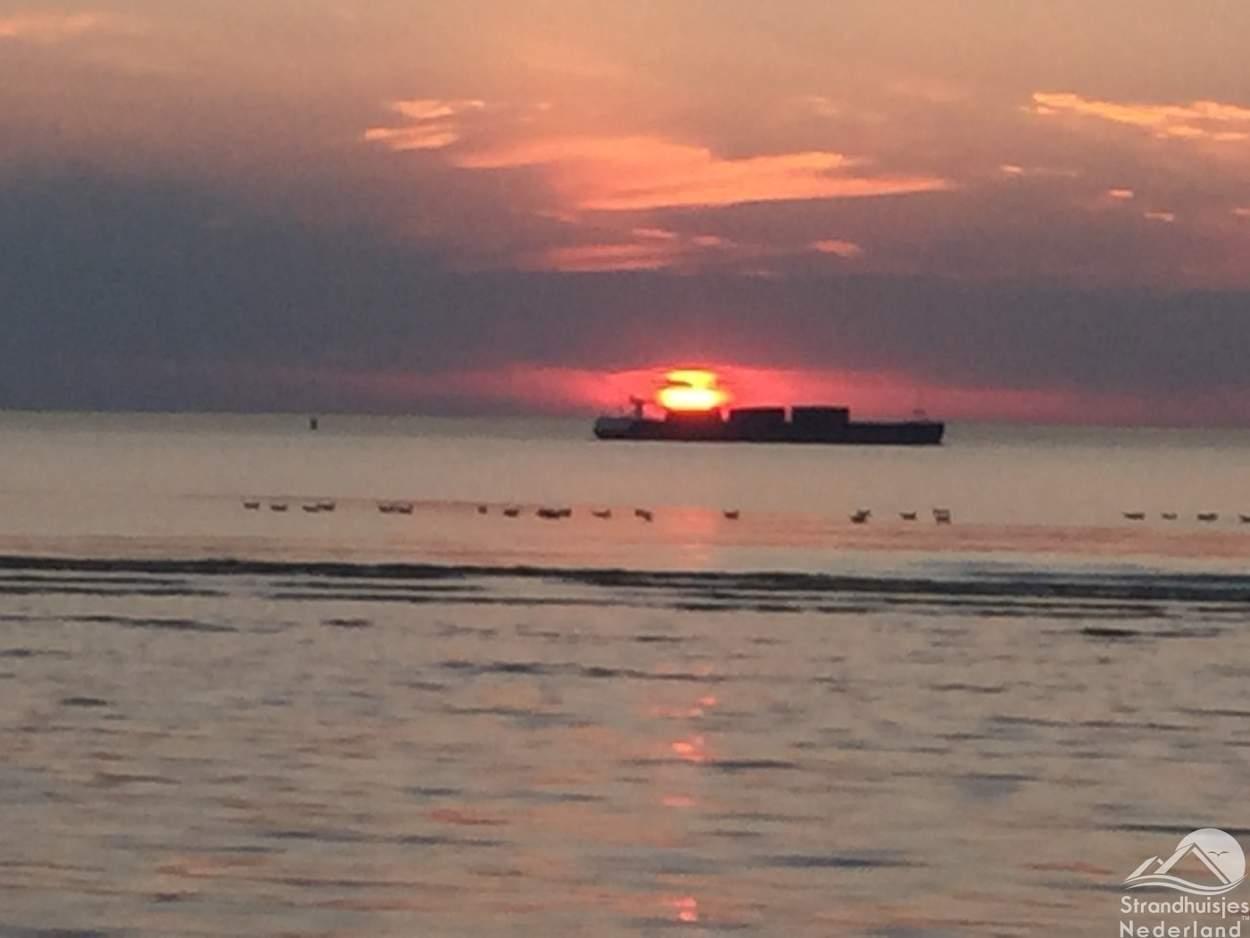 Boot-zonsondergang-strand-Nieuwvliet
