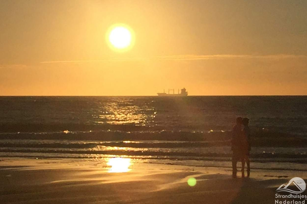 Verliefd-stel-zonsondergang-Zeeuwse-strand