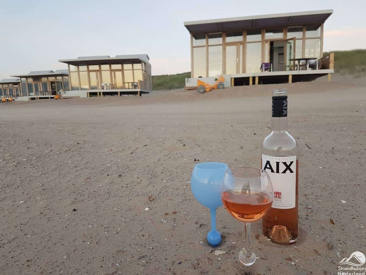 wijnglas-voor-strandhuisjes-Cadzand-Bad