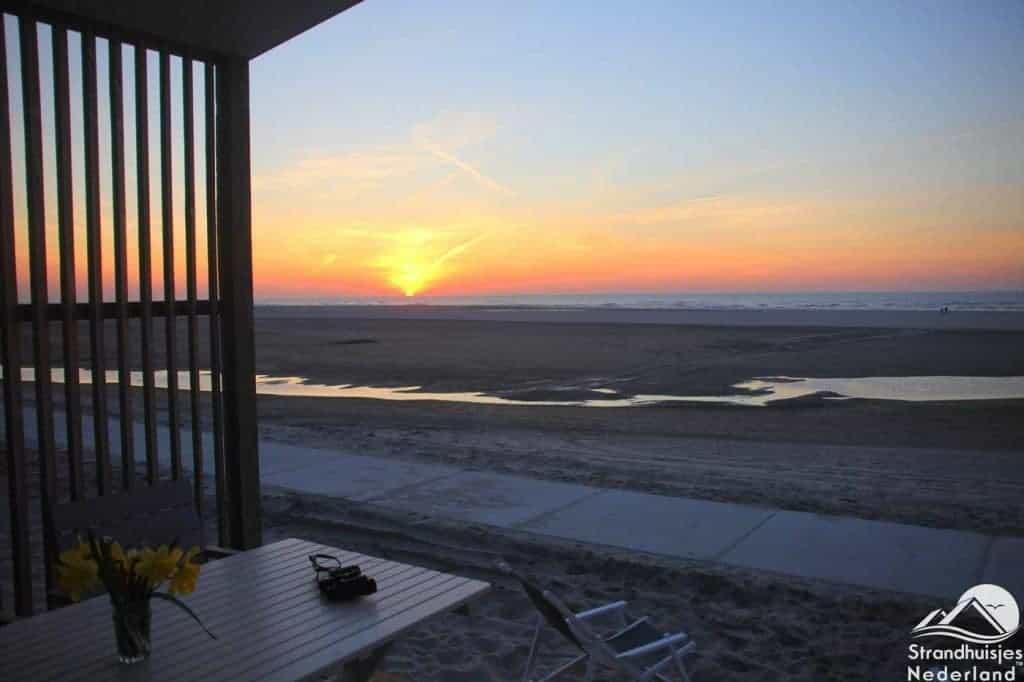 Zonsondergang strandhuisje Kijkduin