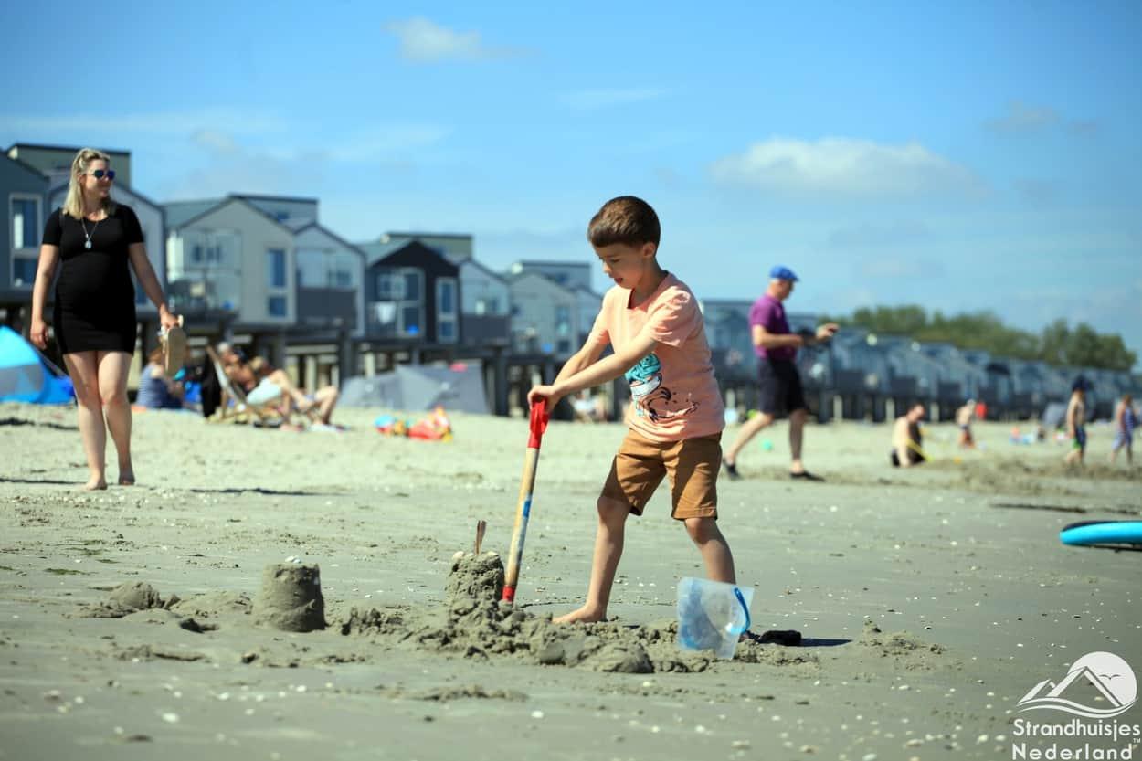 Spielen an Strandhäusern Kamperland, Zeeland.