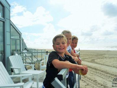 Kinderen op strandterras strandhuisje Julianadorp