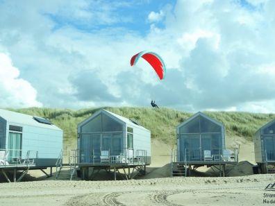 Vlieger boven strandhuisjes